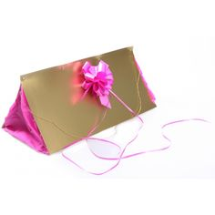Handtasje surprise maken pakket. Compleet basis bouwpakket om een handtasje surpise te maken voor een meisje of vrouw. Dit pakket bestaat uit alleen de basismaterialen en instructies die u nodig heeft om een handtas te knutselen van ongeveer 48 x 22,5 x 18,5 cm, zoals op de 1e foto. Daarna kunt u de surpise naar eigen wens versieren en personaliseren. Extra nodig: - (lange) lineaal - Niettang - Perforator - schaar - dubbelzijdig tape
