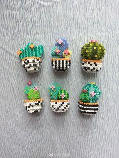 Cactus Perler Beads / kaktusy - koraliki do prasowania Perler Bead Designs, Perler Bead Templates, Hama Beads Design, Pearler Bead Patterns, Diy Perler Beads, Bead Embroidery Patterns, Perler Bead Art, Perler Patterns, Beading Patterns