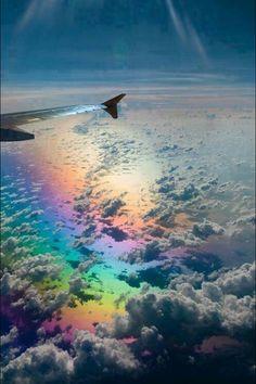 A última viajem que fiz de avião  presenciei um dos espetáculos mais lindo que já vi.Estávamos entre corredores belíssimos de nuvens e havia um monte de arco-íris,em várias alturas,e passávamos por dentro deles também.A maneira como o sol envolvia toda essa paisagem era simplesmente Divina!!