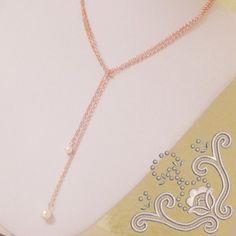 Colier simplu, cu lungime reglabila,  realizat din elemente placate cu aur si perle swarovski. Colierul are 102 cm lungime si nu prezinta inchizatoare clasica. Pentru a-l purta trebuie sa-l impartiti in jumtate si sa-l petreceti in fata. Este o bijuterie usor de asortat atat pentru o tinuta de zi cat si una de seara. Aur, Swarovski, Gold Necklace, Handmade, Jewelry, Bead, Hand Made, Jewellery Making, Jewerly