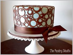 Cake decorating ideas - Cake decoration - For you fondant enthusiast, circles galores. fondant covered with nothing but different cookie cutter circles. Very modern. Pretty Cakes, Cute Cakes, Beautiful Cakes, Amazing Cakes, Bolo Fondant, Fondant Cakes, Cupcake Cakes, Chocolates, Birthday Cake Decorating