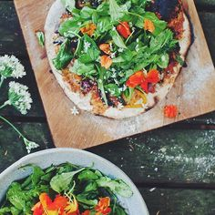 If you want to eat a pizza and still have a healthy meal, try my sourdough salad pizza! Healthy Pizza, Healthy Food Options, Healthy Eating Recipes, Healthy Choices, Vegetarian Recipes, Healthy Life, Appetizer Recipes, Dinner Recipes, Dinner Ideas