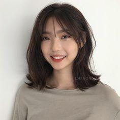 pretty hairstyles for teens Hair Beauty Korean Medium Hair, Asian Short Hair, Short Hair With Bangs, Medium Hair Cuts, Hairstyles With Bangs, Medium Hair Styles, Curly Hair Styles, Korean Hairstyles Women, Short Hair Korean Style