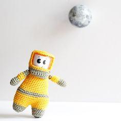 Mon cosmonaute au crochet décroche la lune • Amigurumi crochet • Cosmonaute crochet / Crochet cosmonaute • Crochet doll • Amigurumi cosmonaut