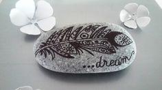 """Galet peint à la main """" dream """" ... plume : Accessoires de maison par stefe-reve-en-feutrine"""