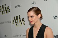 Le chignon plaqué d'Emma Watson, pour un look sobre et chic, beaucoup de classe !