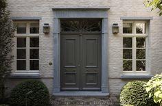 dubbele voordeur met siertrekker.