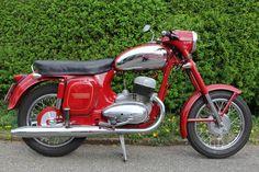 Antique Motorcycles, Cars And Motorcycles, Moto Jawa, Jawa 350, Vespa Girl, Classic Bikes, Scooters, Ducati, Motorbikes