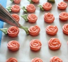 Cutest little swirl roses ever. Use a 65 leaf tip, and a 14 or 16 star tip with very stiff royal icing. Great little video. Cutest little swirl roses ever. Use a 65 leaf tip, and a 14 or 16 star tip with very stiff royal icing. Great little video. Cake Icing, Royal Icing Cookies, Cake Cookies, Eat Cake, Cookies Et Biscuits, Cupcake Cakes, Rose Meringue Cookies, Owl Cookies, Sugar Icing