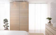Schlafzimmer u. a. mit PAX Kleiderschrank Eicheneffekt weiß lasiert und ILSENG Türen Eichenfurnier weiß lasiert, MALM Kommode mit 6 Schubladen Eichenfurnier weiß lasiert und flach gewebtem EGEBY Teppich in Natur