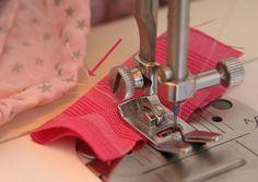 Avant de commencer à piquer une couture à la machine, il vaut mieux bien tirer le fil de la bobine, sinon celui si revient en arrière et parfois saute de l'aiguille. Cela ne vous est jamais arrivé? Vous avez de la chance! Cela m'arrivait fréquemment car je ne tirais jamais assez le fil mais je viens de trouver une astuce qui me change littéralement la vie :) C'est une méthode très simple et vous aurez besoin d'une chute de tissu qui mesure environ 5 cm sur 10. Pliez ce rect...