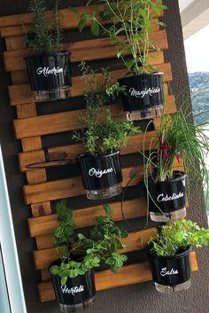 A Dani e o Fábio, nossos clientes, resolveram instalar a horta vertical deles na varanda do apartamento e o resultado ficou lindo. As hortas verticais são práticas, compactas e oferecem a possibilidade de cultivo a quem não dispõe de muito espaço. Clique na foto e confira as opções no nosso site! #lojaplantei #plantei #loucosdasplantas #hortavertical #hortadeparede #hortaemvasos #cultivo #jardinagem #dicadecultivo #dicadehorta Witchy Garden, Vertical Garden Design, Diy Kitchen Decor, Home Decor, Small Space Gardening, Balcony Design, Growing Plants, Vegetable Garden, Planter Pots