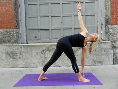 Yoga for runners: 3 stretches for your hard-to-reach it band Abs Workout Video, Ab Workout Men, Gym Video, Yoga Sequences, Yoga Poses, Tight It Band, It Band Stretches, Top Abs, Yoga For Runners