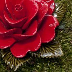 Rode roos op mos Frans keramiek, uniek in de wereld, bestand tegen vorst. Deze majolica bloemen kunnen decennia lang buiten staan.