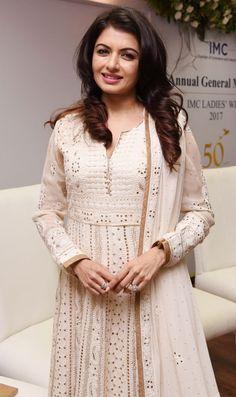 Bollywood actress Bhagyashree at year celebrations of IMC Ladies Wing in Mumbai. Kurti Designs Party Wear, Kurta Designs, Dress Designs, Pakistani Dress Design, Pakistani Dresses, Pakistani Girl, Pakistani Suits, Indian Wedding Outfits, Indian Outfits