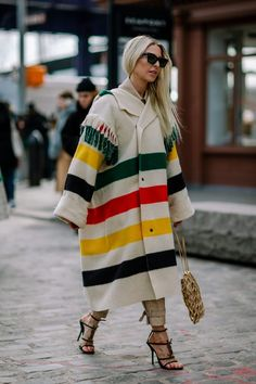 The street style crowd played on day 6 of New York Fashion Week with color coordination fashion p. New York Fashion Week Street Style, Street Style Edgy, Autumn Street Style, Street Style Looks, Street Chic, Fashion Fail, Fashion Fashion, New Yorker Mode, Smoking