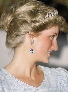 Diana Princess of Wales in one of the few photographs in which her hair is styled in an updo. Princess Diana looks regal wearing dangling diamond and aquamarine earrings and [it looks like the Spencer Tiara]. Lady Diana Spencer, Royal Princess, Princess Of Wales, Princess Diana Jewelry, Franz Josef Strauss, Diamond Tiara, Diamond Earrings, Aquamarine Earrings, Diamond Flower