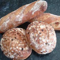 Quentinhos! Pão integral com uvas passas e semente de aroeira e pão italiano com presunto e calabresa. Bom dia da #lecoqduchef by lecoqduchef http://ift.tt/1TnQALi