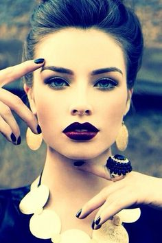 Dark lipstick back into fall makeup trends. The celebrities, fashion models, and women become more frequent lately daub dark lipstick color to display bold Beauty Make-up, Beauty Hacks, Hair Beauty, Fashion Beauty, Trendy Fashion, Beauty Tips, High Fashion, Beauty Head Shots, Fashion Women