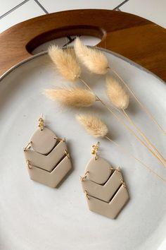 Αν σου άρεσαν οι πλαστελίνες ως παιδί, τώρα μπορείς να τις μετατρέπεις σε κοσμήματα. Με τον πολυμερικό πηλό μπορείς να φτιάξεις τα πιο εντυπωσιακά σχέδια σε ότι χρώμα έχεις φανταστεί! Leda Tsigkinopoulou #κοσμήματα #πηλός #fashion #treds Diy Earrings Polymer Clay, Polymer Clay Crafts, Earrings Handmade, Handmade Jewelry, Polymer Clay Tutorials, Polymer Clay Figures, Creations, Pacific Northwest, Farmhouse Decor