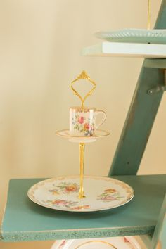 Vintage Cake Stands, Floral Arrangements, Centerpieces, Homemade, Collection, Centerpiece, Home Made, Diy Crafts, Hand Made