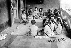"""Mevrouw Soerjoadipoetro converseert met de meisjes op het Nationaal Onderwijs Instituut """"Taman Siswa"""" te Bandung, Java Unknown date"""
