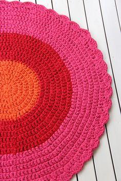 Polte-matosta hehkuu lämpöä ja väriä. Halkaisija 120cm.  Eko-ontelokuteiden oranssi, punainen ja pinkki eivät jätä ketään kylmäksi : )   Lop...