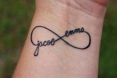 tatouage femme avec le symbole de l'infinie
