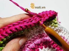 Chart móc túi dâu tây ngọt ngào đốn tim chị em chúng mình Hello Kitty Crochet, Crochet Handbags, Crochet Clothes, Fingerless Gloves, Crochet Patterns, Crochet Ideas, Arm Warmers, Charts, Projects To Try