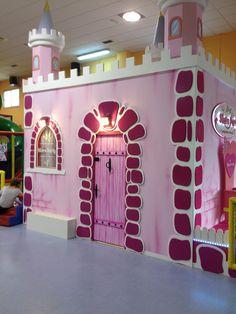 Castillo de princesas para niñas en el parque infantil