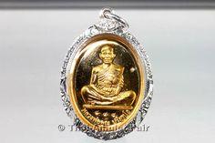 Luang Pho Koon Gold Thai Amulett Ruun Koon 84 bestehend aus 19 Gramm Thai-Gold (Goldgehalt 96,5%) in handgefertigter und wasserdichter Silber Maßfassung. Nummerierte Miniserie von nur 840 Amuletten. http://www.thai-amulet.com/Moenchs-Thai-Amulette/Luang-Pho-Koon-GOLD-Thai-Amulett-in-Silber-Massfassung::3120.html
