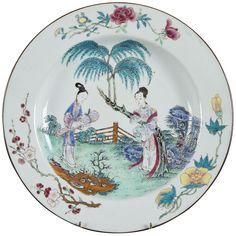 Grand plat peint dans les émaux de la famille rose à décor de personnages en porcelaine de Chine de la Compagnie des Indes d'époque Yongzheng Décorée avec une jeune femme et sa domestique lui apportant une cithare qin, un instrument de musique chinois