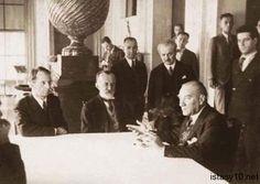 Ulu Önder Mustafa Kemal Atatürk, şair Abdülhak Hamit Tarhan ve dönemin TDK Genel Sekreteri İbrahim Necmi Dilmen ile yaptığı toplantıdan…