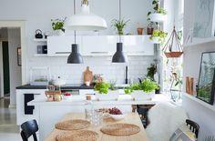 Eine Küche schafft einen Vielzweckbereich, den die Familie gemeinsam nutzen…