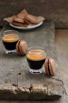 Espresso with chocolate macaroons yummy Coffee Cafe, My Coffee, Coffee Drinks, Coffee Shop, Coffee Lovers, Black Coffee, Coffee Pics, Coffee Break, Morning Coffee