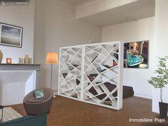 Idée de décoration pour créer un espace nuit dans cet appartement de type 1 de 30m2 à louer au 6 rue Pierre Dupré 13006 Marseille . Ici, l'espace nuit est séparé par des bibliothèque