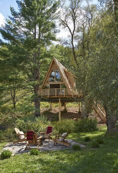 Treehouse Masters Pete Nelson Takes Us Inside One Of His Coolest Tiny Houses Ever<br> His team builds one treehouse every two weeks while filming. Treehouse Masters, Treehouse Cabins, Treehouses, Wooden House Design, Tiny House Design, Small Wooden House, A Frame Cabin, A Frame House, Cabins In The Woods
