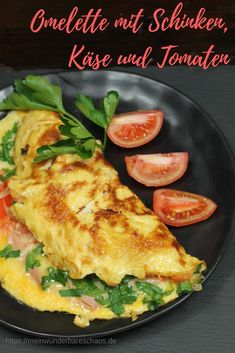 Omelette with ham, cheese and tomatoes- Omelette mit Schinken, Käse und Tomaten Fancy a hearty breakfast? Then this omelette with ham, cheese and tomatoes is just right for you. Of course it also tastes at any other time of the day. Healthy Desayunos, Healthy Breakfast Recipes, Easy Dinner Recipes, Healthy Snacks, Healthy Eating, Healthy Recipes, Healthy Nutrition, Cheese Omelette, Vegetarian Recipes