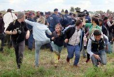 ハンガリー南部ロスケで、警察の規制線を突破した女の子を蹴る女性テレビカメラマンの様子を捉えた映像からの一コマ(2015年9月9日作成)。(c)AFP=時事/AFPBB News