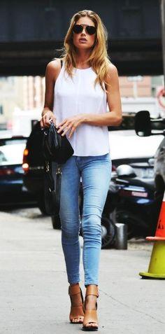 Doutzen Kroes laid back street style. Tan heels, light skinny jeans, minimalist white top and sunnies #StreetStyle #rasspstyle