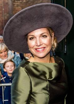 Koningin Máxima opent tentoonstelling koninklijk behang in Dordrechts Museum   Dordrecht   AD.nl