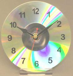 Com um CD você pode fazer um relógio. SUPER CRIATIVO.