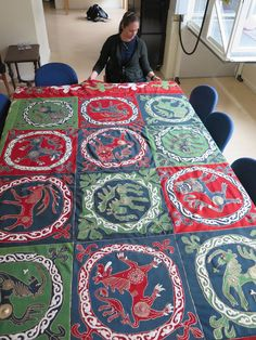 Hibernaatiopesäke: Lähikuvassa: Ruotsin ennallistuksia / close ups of inlaid woolen coverlets from Sweden