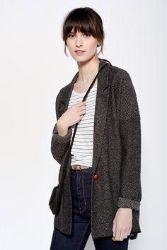 Veste en maille à emmanchure décalée, un col tailleur. Il a deux poches plaquées. Il est tricoté avec un mini motif jacquard dans un mélange de laine et de cachemire très doux. Gilet Arlettie Gris Chiné/Noir -