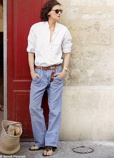 Ines de la Fressange proves that classics combined with choice accessories and a carefree attitude makes Summer French Girl Style a breeze at any age. Style Désinvolte Chic, Her Style, Fashion Moda, Girl Fashion, Fashion Outfits, Ines Fressange, Casual Chic, Parisienne Style, Look Jean