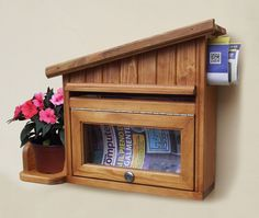 This e mail box is made of fir wood and is hand painted, and then finished with several coats of varnish. This is perfect for any types of weather. Mailbox is of Colonial Maple. Ideal for letters, newspapers and magazines with a window of forward. Includ two keys. With place for a pot. Outside sizes are: 14''H x 18,9''W x 4,7''D ***THE PLANT/POT IS NOT INCLUDET IN THE PRICE.*** This mail box is perfect for the person that gets a lot of mail or packages. Each packet is carefully prepared to…