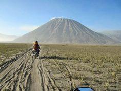 Mit dem Motorrad durchs Aschefeld auf dem Insel Java. #java #indonesia