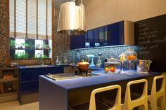 thoni-litsz-assina-o-estudio-do-chef-no-espaco-dividido-em-cozinha-gourmet-foto-e-um-quarto-predominam-os-tons-de-azul-cinza-e-perola-a-casa-cor-rj-vai-de-03-de-outubro-a-19-de-1356553147597_947x632.jpg (947×632)