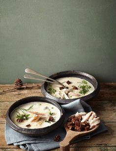 Wunderbar cremig mit einem Topping aus frischen Kräutern, Makrelenfilet und knusprigen Schwarzbrot-Croûtons. Eine kleine Offenbarung für alle Suppenfans!