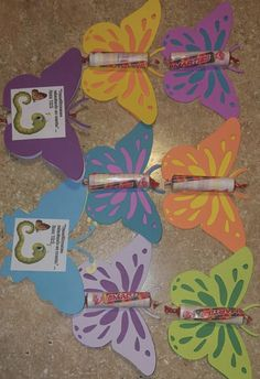 Cute and easy DIY for kids: Sophia's Butterfly w/ Candy attached Add a sticker to the back For little brothers maybe a bowtie, neck tie, Caleb's airplane cut out. For more DIY international, special, or regional convention gift ideas, follow this Pinterest page and visit www.unregalito.weebly.com #internationalconvention #jw #loveneverfails #internationalconventiongifts #calebandsophia Jw Gifts, Candy Gifts, Craft Gifts, Pioneer School Gifts, Pioneer Gifts, Easy Diys For Kids, Gifts For Kids, Caleb Et Sophia, Creation Deco